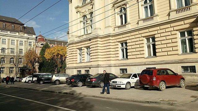Під стінами головного корпусу ЛНУ з'явився нелегальний паркінг