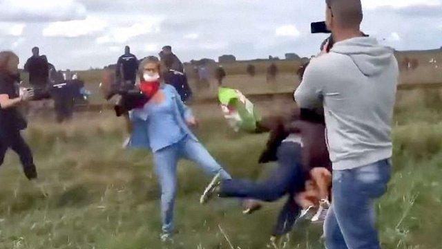 Угорський суд виправдав телеоператорку, яка поставила підніжку біженцю