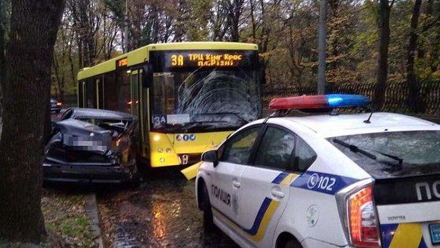 Львівська поліція розшукала водія авто на польських номерах, який втік після ДТП з автобусом