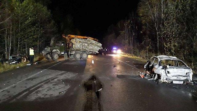 На Рівненщині лісовоз врізався в два автомобілі, двоє людей загинули