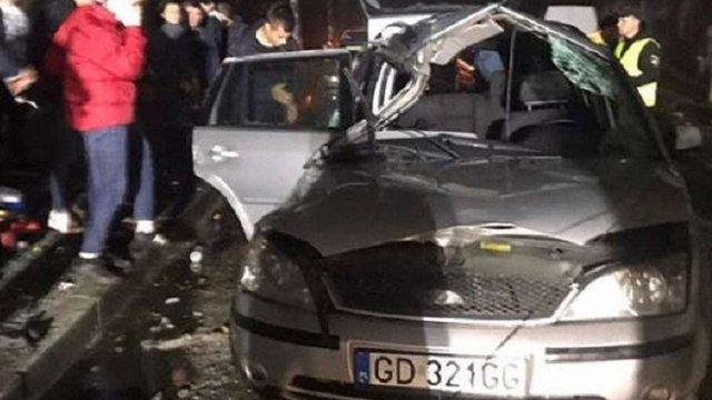 У Самборі 19-річний водій в'їхав в електроопору, унаслідок чого авто перекинулось
