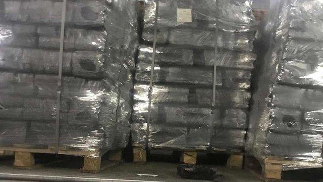 Контрабандисти приховали 17 тис. пачок сигарет у торф'яних брикетах