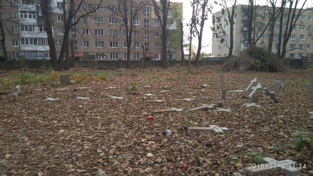 Невідомі зловмисники повалили хрести на польському кладовищі в Коломиї
