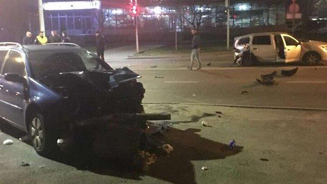У Львові внаслідок зіткнення двох автомобілів Renault постраждали двоє людей