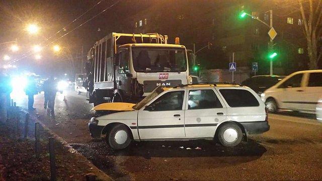 У Львові внаслідок зіткнення із сміттєвозом постраждав водій легковика