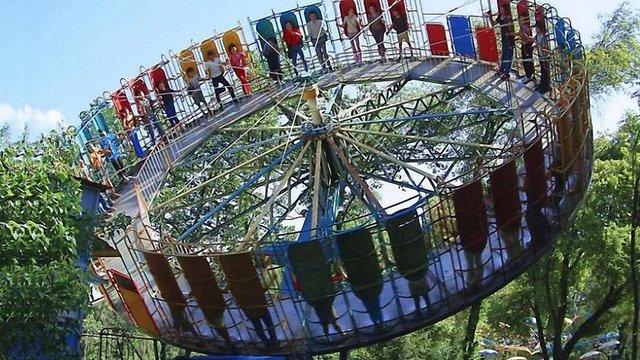 У львівському Парку культури демонтують легендарний атракціон «Сюрприз»