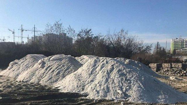 Взимку в центральній частині Львова випробують два нові реагенти від ожеледиці та снігу