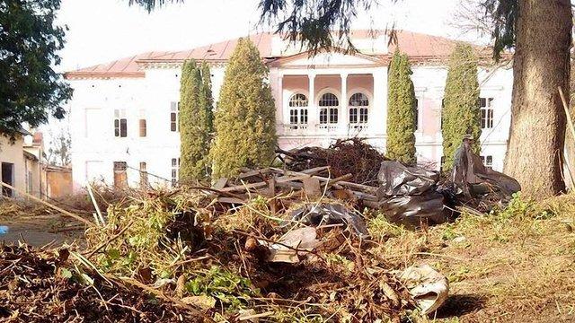 Активісти прибрали територію палацу Бадені у Буську