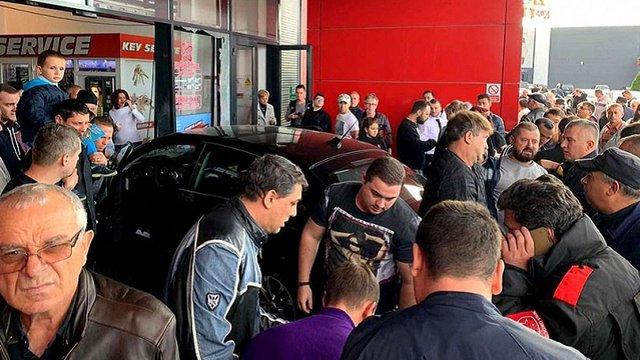 У Румунії автомобіль в'їхав у натовп у торговому центрі