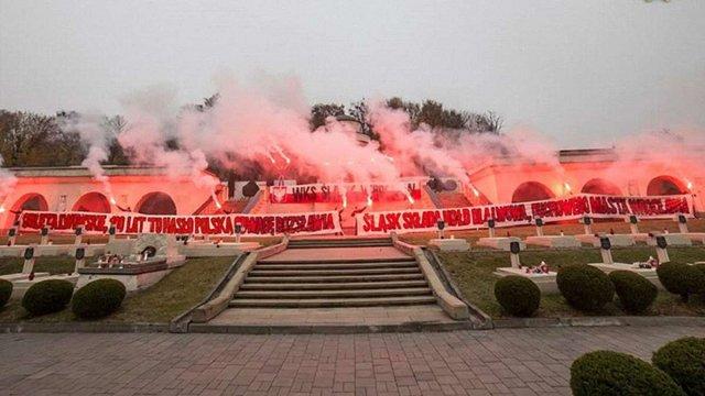Голова ЛОР вимагає покарати польських ультрас, що запалили фаєри на Цвинтарі орлят