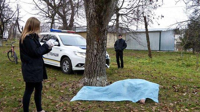 Внаслідок падіння з дерева у Золочеві загинув 58-річний чоловік