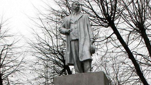 У Чернівцях демонтували пам'ятник радянському письменнику Максиму Горькому