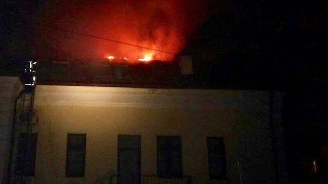 У Львові виникла пожежа на даху ПриватБанку