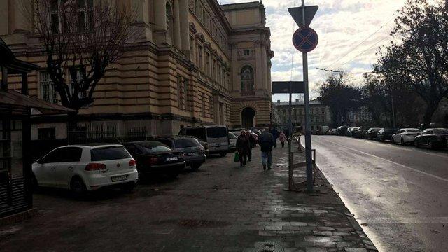 Незаконну парковку біля Львівського університету ліквідують наступного року