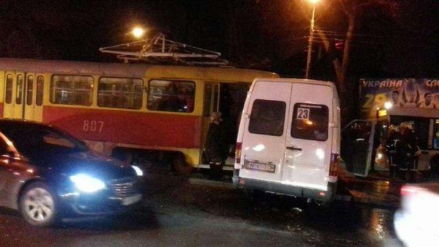 У Запоріжжі в результаті зіткнення маршрутки і трамвая постраждали п'ятеро людей