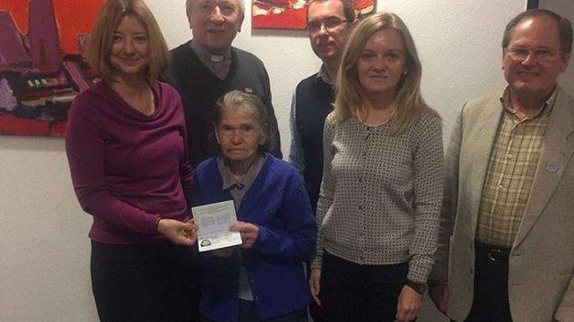 Українка з Німеччини отримала свій перший паспорт громадянки України у 93 роки
