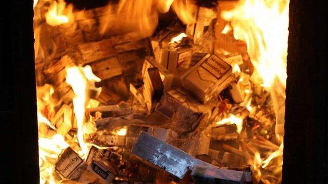 Львівські митники спалили партію конфіскованих сигарет на півмільйона гривень