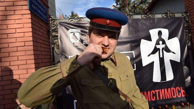 До роковин Голодомору біля консульства Росії у Львові провели акцію з переодягненим енкаведистом