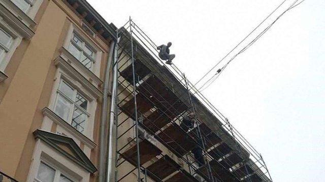 У центрі Львова зупинили рух через спробу самогубства громадянина Туреччини