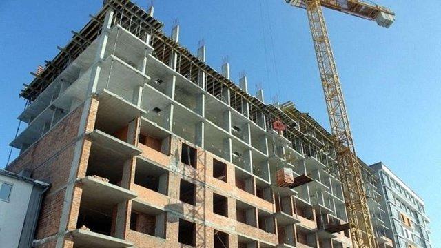 На будівництві у Львові на робітника впала металева конструкція