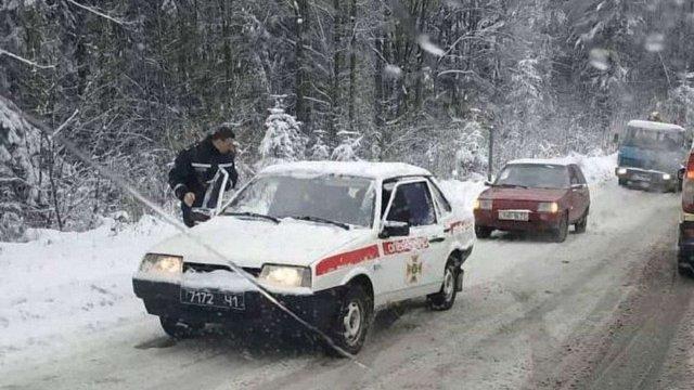 На ускладнених ділянках доріг Львівщини рятувальники допомагають автомобілістам