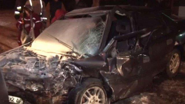 У Львові на вул. Пасічній рятувальники вивільнили з автомобіля потерпілих у ДТП