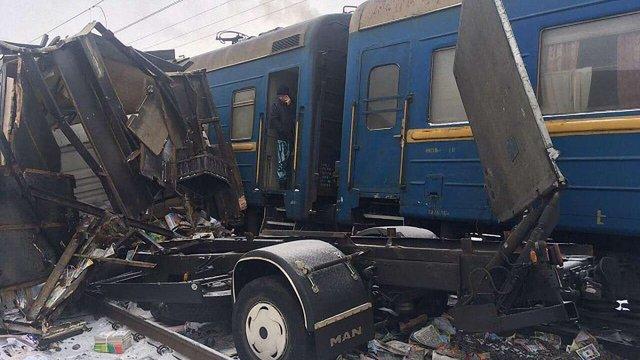 Пасажирський поїзд в'їхав у вантажівку, що застрягла на переїзді в Харківській області