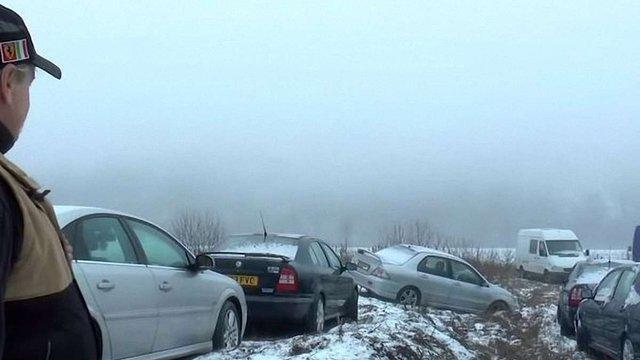 У словацько-українському кордоні українці масово покидають автомобілі на єврономерах