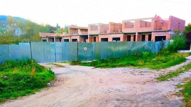 У Винниках депутати розділили подвір'я між мешканцями і будівельною фірмою сина Уварова