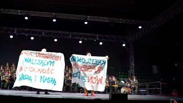У Польщі активісти влаштували проукраїнську акцію на концерті військового ансамблю з РФ