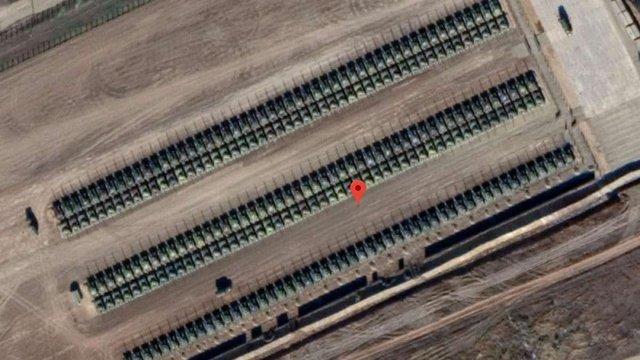 Супутникові знімки Google Earth зафіксували біля українського кордону сотні російських танків