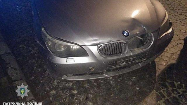 У центрі Львова п'яний водій в'їхав у припарковане авто і втікав від поліції