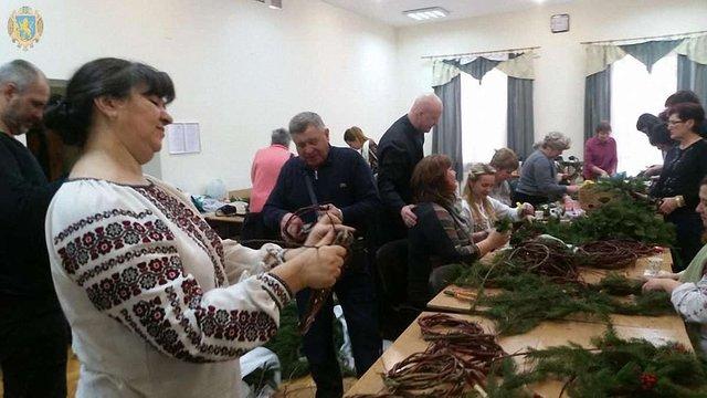 Львів'яни cплели різдвяні віночки, якими прикрасять алею Героїв Небесної Сотні у Києві