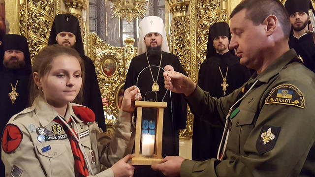 Пластуни передали Вифлеємський вогонь миру предстоятелю Православної церкви України Епіфанію