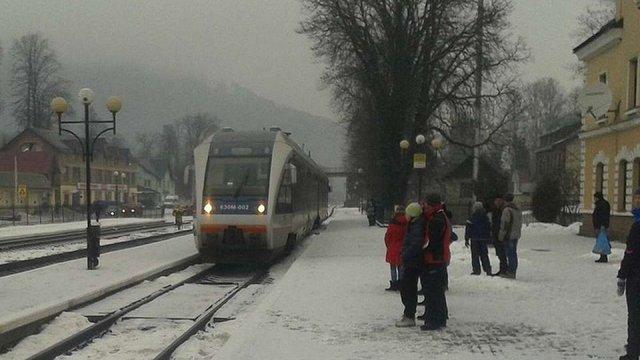 На Івано-Франківщині почали скасовувати рейси приміських поїздів