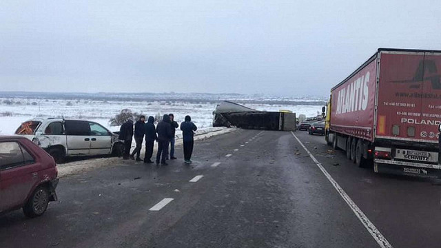 На Львівщині перекинулась вантажівка та частково перекрила міжнародну трасу