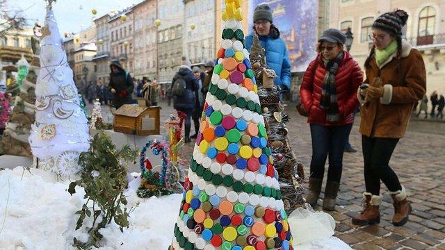 Біля львівської ратуші презентували виставку «Збережемо життя ялинці»