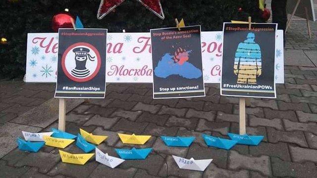 У Болгарії подаровану Росією ялинку прикрасили жовтими і блакитними корабликами