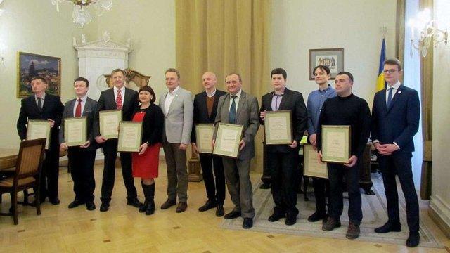 Мер Львова вручив по 25 тис. грн десятьом талановитим науковцям