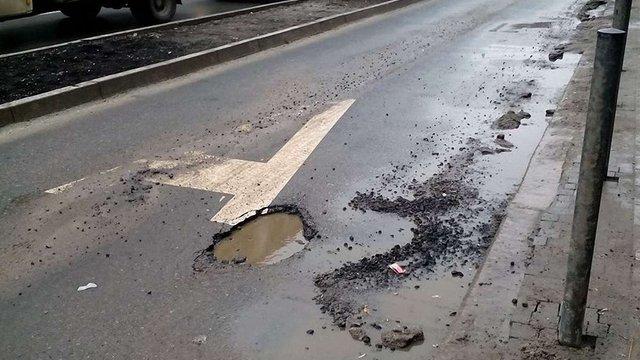На відремонтованій три місяці тому вулиці у центрі Львова з'явились свіжі вибоїни