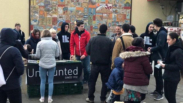 Українські студенти пригощали ізраїльтян супом з хвої в пам'ять про Голодомор