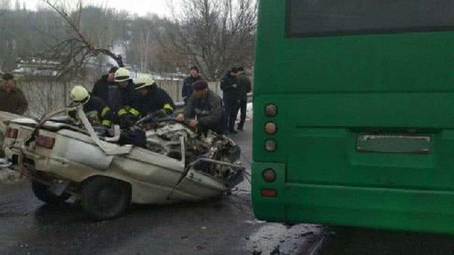 Внаслідок лобового зіткнення маршрутки із «запорожцем» на Київщині загинуло троє людей