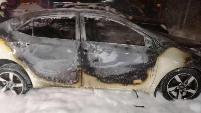 Вночі у Львові двоє невідомих підпалили припарковане авто