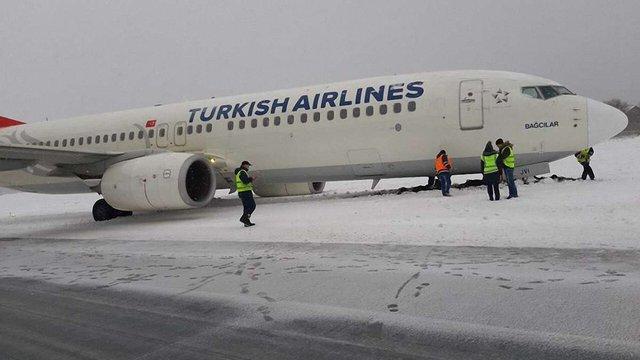 Літак Turkish Airlines викотився за межі злітної смуги у львівському аеропорту