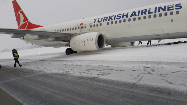 У львівському аеропорту скасували два рейси через аварію на злітній смузі