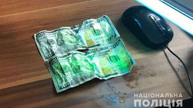 Закарпатський прикордонник намагався з'їсти 200 доларів під час затримання