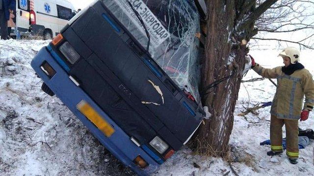 На Херсонщині рейсовий автобус з пасажирами злетів у кювет, є постраждалі