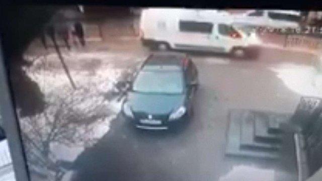 Водія «швидкої допомоги», який на тротуарі збив жінку з дитиною, звільнили
