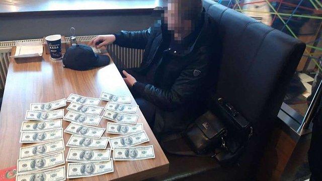 """Результат пошуку зображень за запитом """"Директора львівської компанії затримали при спробі дати $2000 хабара поліцейським"""""""