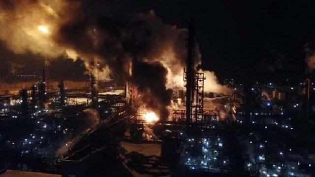 Пожежники ліквідували пожежу на хімічному заводі в Калуші